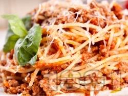 Лесни спагети със сос Болонезе с кайма, доматено пюре, червено вино, пармезан (или кашкавал), канела и босилек - снимка на рецептата
